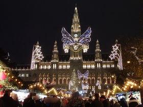 オーストリア首都・ウィーン最大のクリスマスマーケットは市庁舎前で