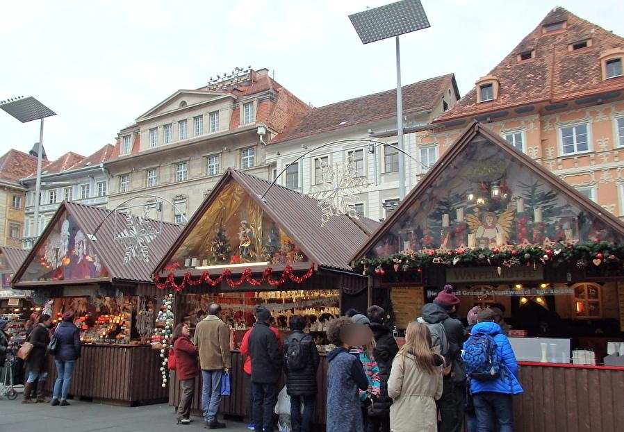 盛大な市庁舎前広場のクリスマスマーケット