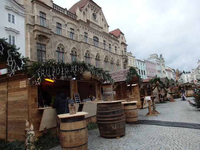 中心地のシュタット広場でのクリスマスマーケット