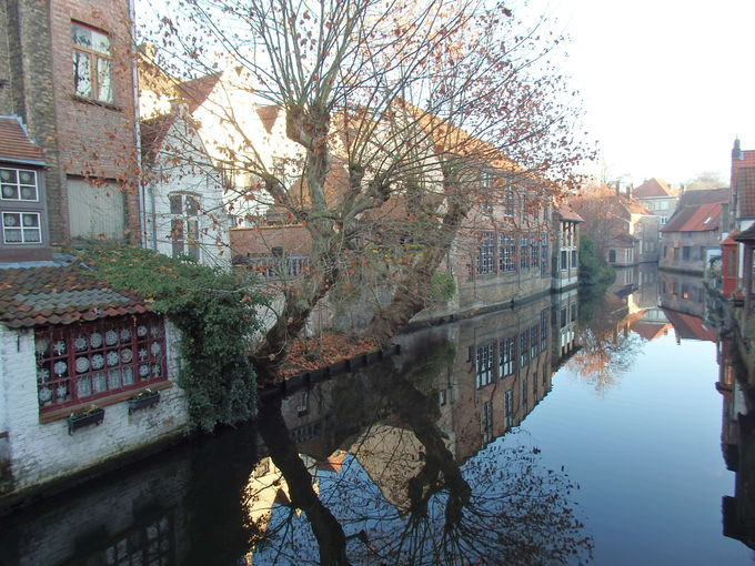 運河風景の中に輝く町並みのブルージュ