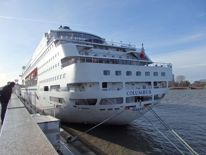 巨大な豪華客船が停泊する港周辺
