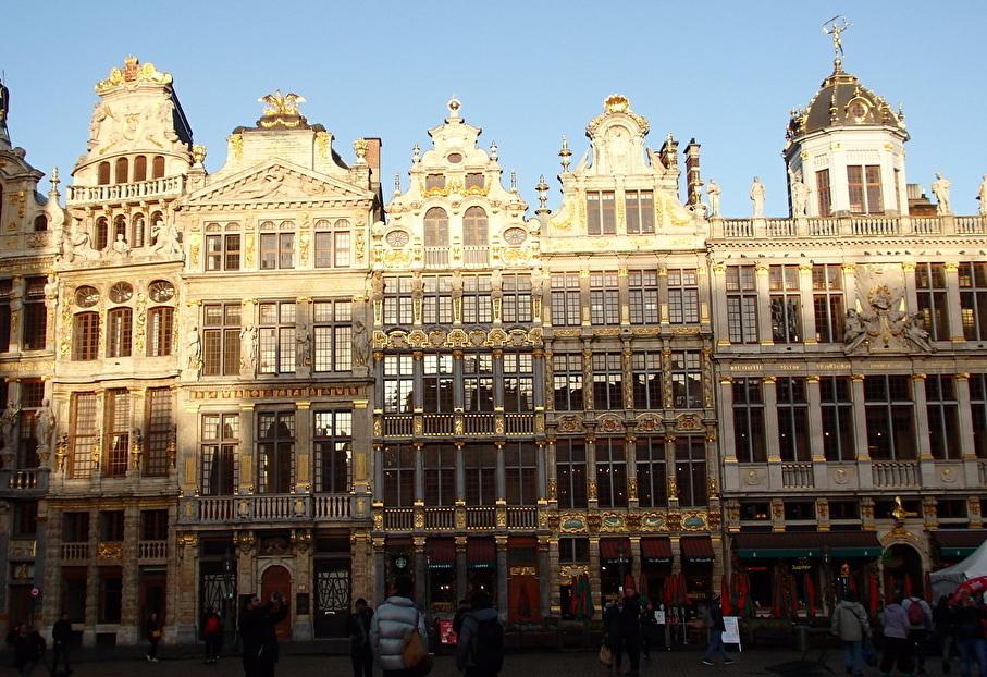 グラン・プラスに面した美しい装飾のギルドハウスや市庁舎