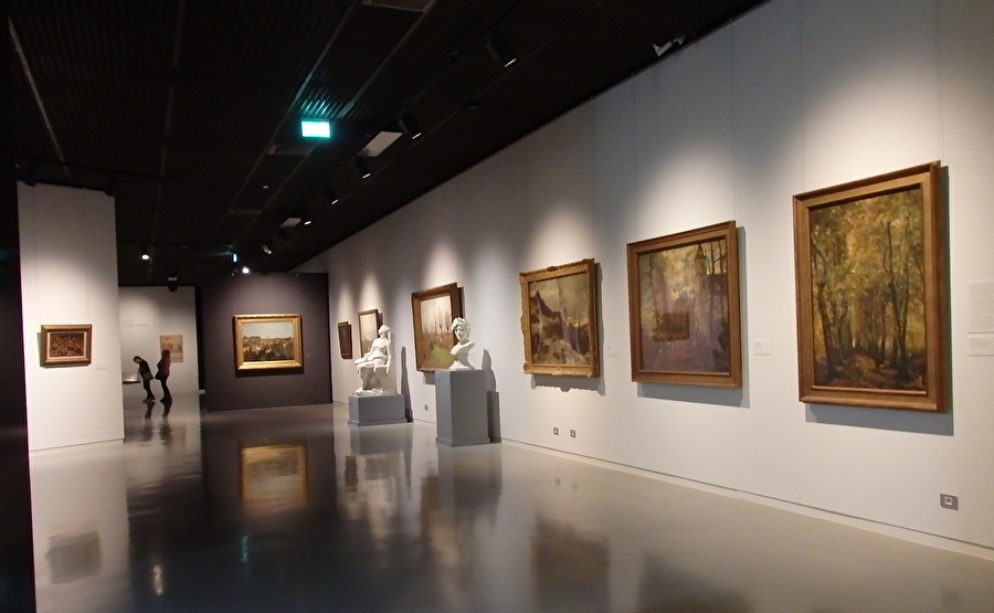 館内で繋がる世紀末美術館とマグリット美術館