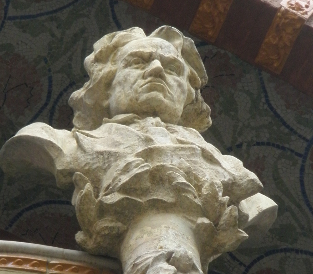 大作曲家の胸像もある外壁の見事な装飾