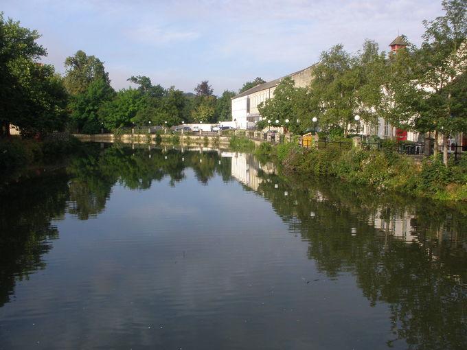のんびり寛げる川沿い風景