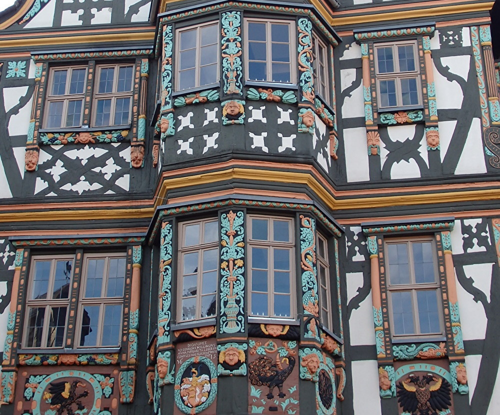 豪華な木彫り装飾「キリンガーハウス」