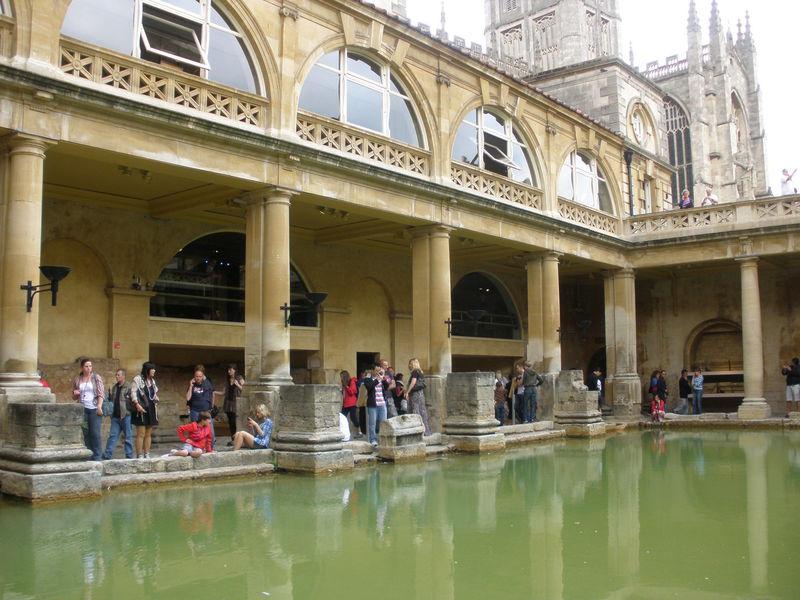 英国唯一の温泉リゾート地バース「ローマン・バス」でローマ時代へ!