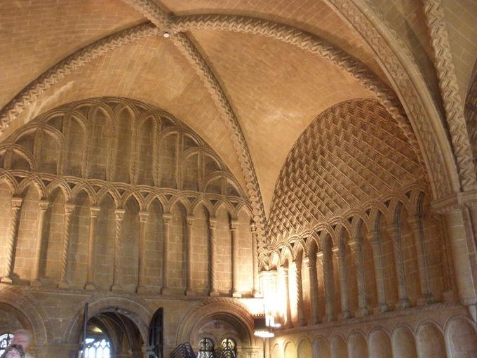 中心地に建つ「ブリストル大聖堂」