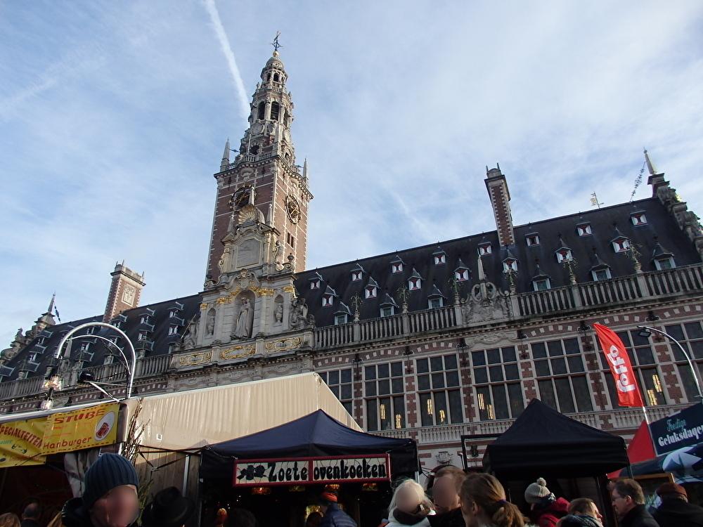 クリスマスマーケットのメイン会場は大学図書館前