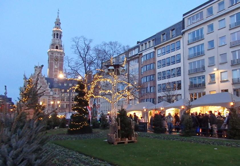 隣の公園のクリスマスマーケットも盛大!