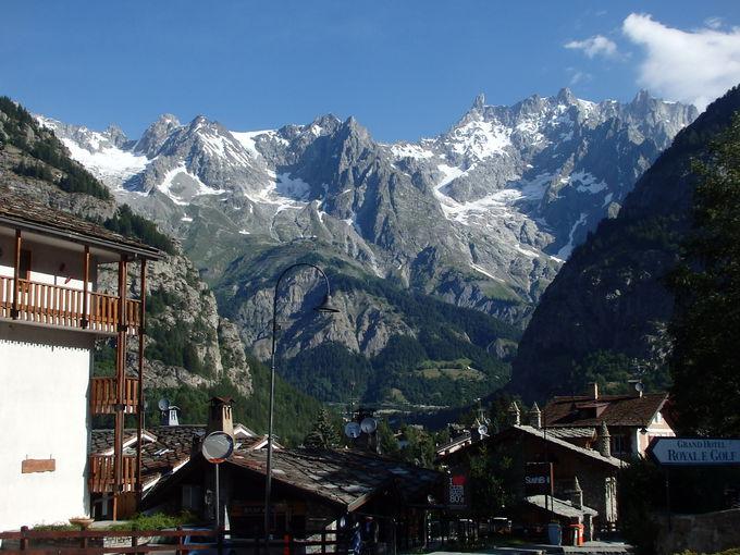 山岳風景の素晴らしいクールマイヨールの町並み