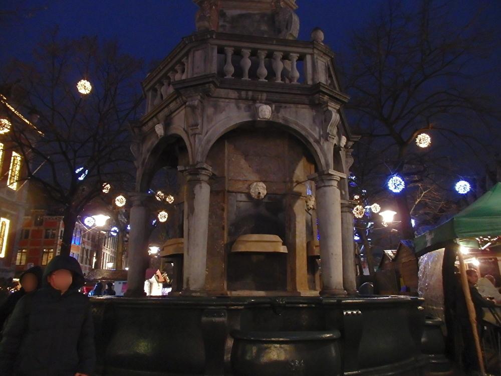 ペロンの噴水がある「マルシェ広場」にも広がる屋台群