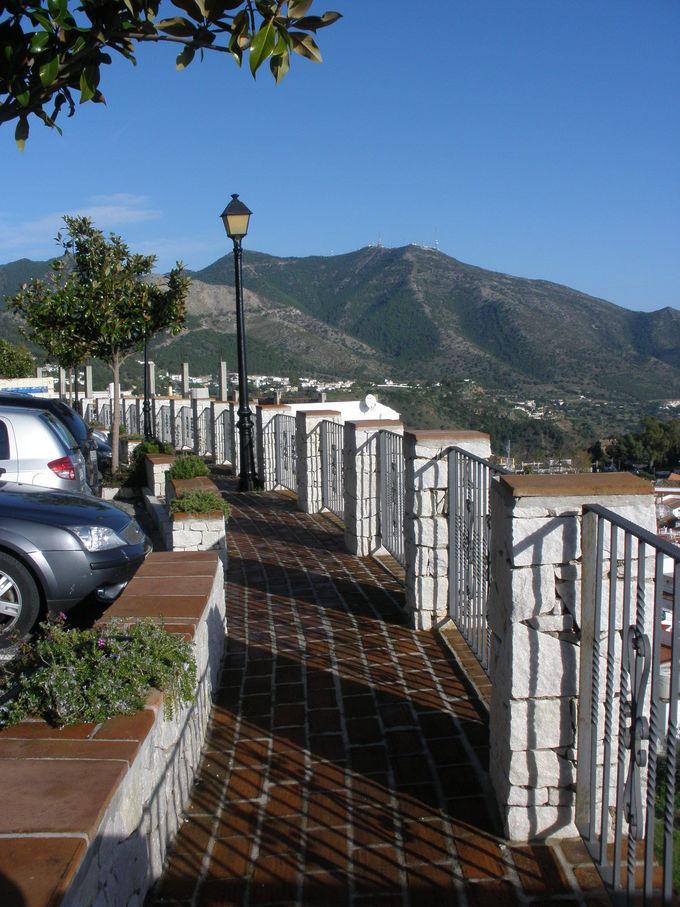 ミハスの町並みと地中海まで見渡せる高台の展望台