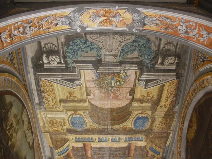 大理石の床や天井画が美しい兵器庫通路