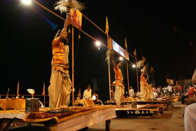 夜に行われる祈りの儀式・幻想的なプージャ祭も必見