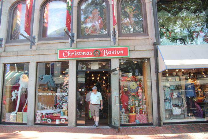 お店の外観は赤と緑のクリスマスカラー