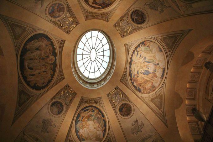 息を呑む美しさ!建物の中に施された装飾も必見