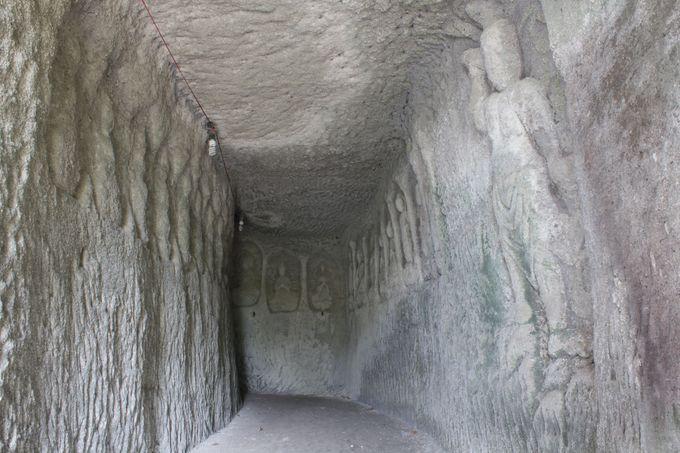 岩壁に彫られた仏は静かに人々の訪問を待つ。