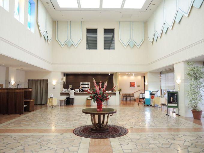デラックスなロビーを擁するコミュニティホテル