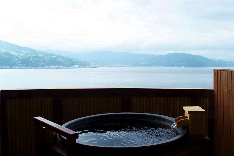 伊東のシーサイドラインに印象的な佇まい!「ラグジュアリー和ホテル 風の薫」で贅沢な滞在を