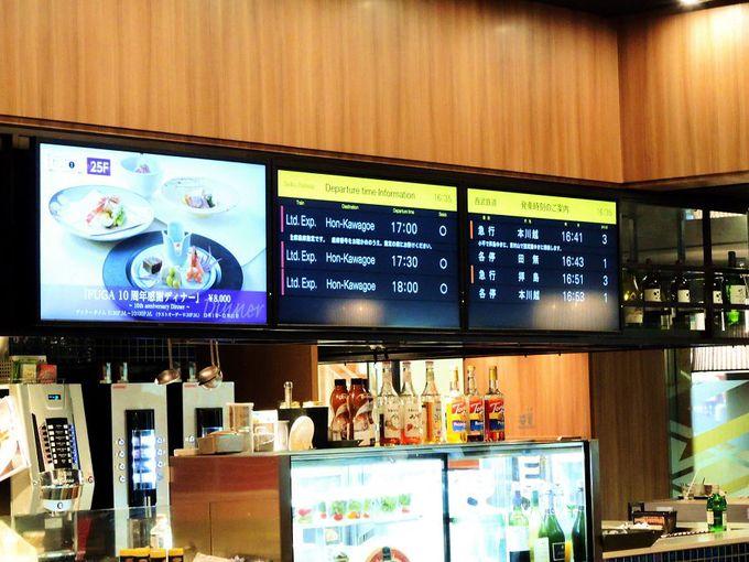 電車の時刻が表示されるカフェバー