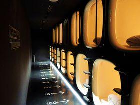 まるで宇宙船のようなカプセルホテル「ナインアワーズ成田空港」