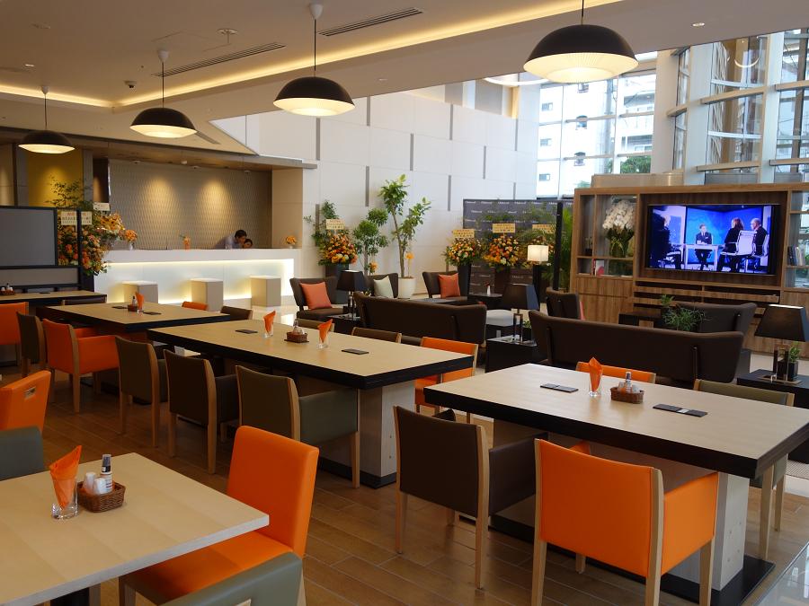 開放感あるロビーとカフェスペース