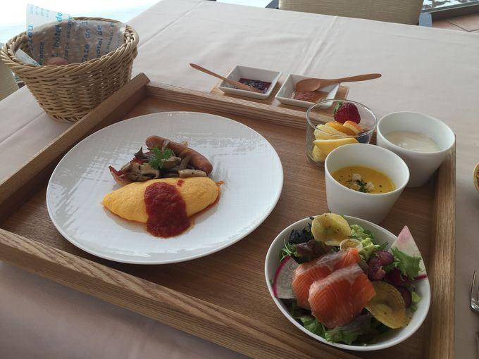 大きな窓から琵琶湖を眼下にのぞむレストラン