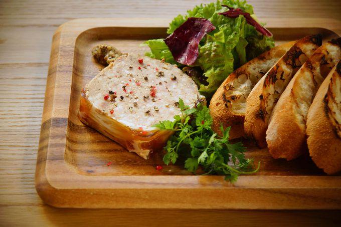 レストランでは地元の食材を生かしたグリル料理を提供