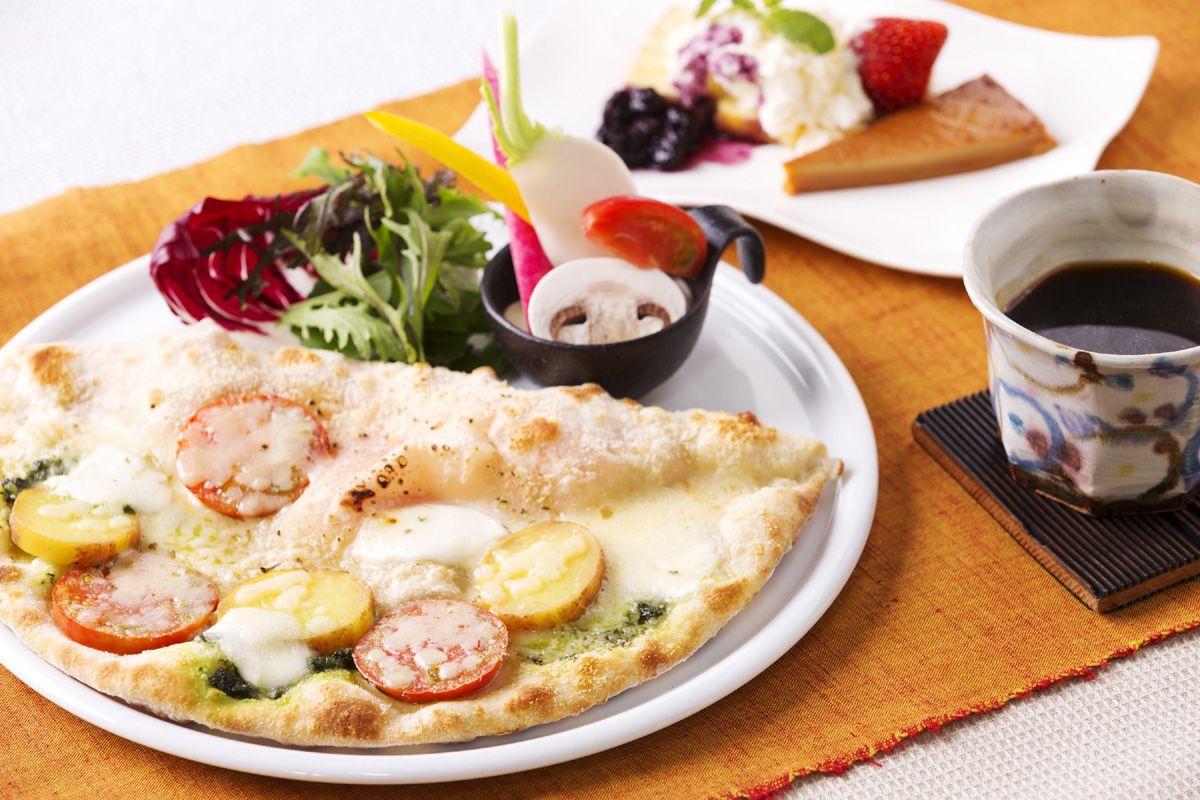 1枚で3種類の味が楽しめる特製ピザに舌鼓を