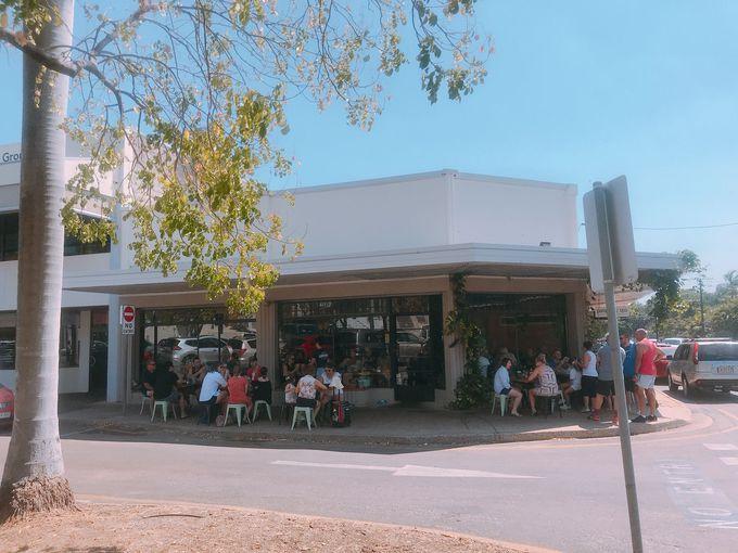 アート地区の人気カフェで寛ぐ