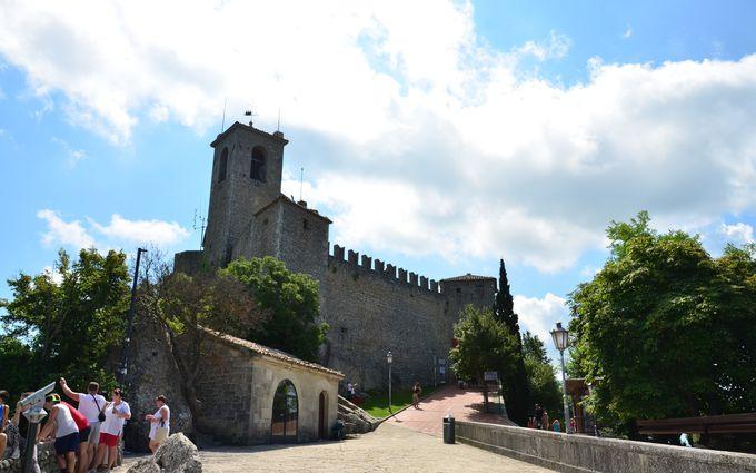 年間300万人が訪れる人気の観光地サンマリノ!まずは堂々たる風格の城塞ロッカ・グアイタを目指そう