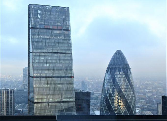 まじかに見える高層ビルはシティーの顔