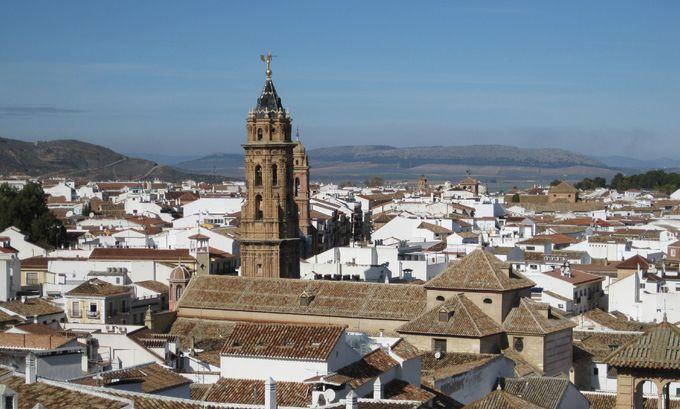 南スペインの白い村の中でも美しさが際立つ眩しい町