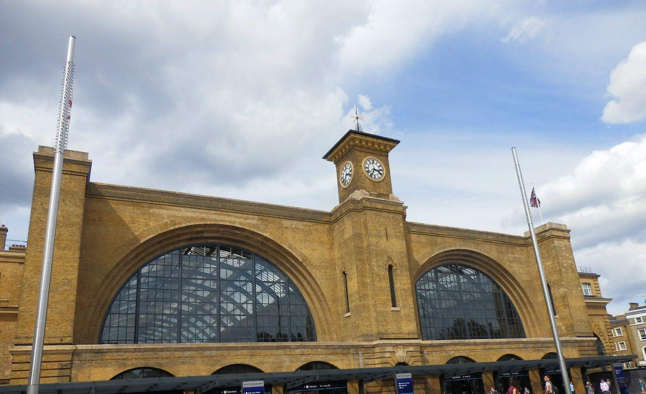 『ハリーポッター』で有名になった「キングスクロス駅」は、イギリス交通の重要な玄関口