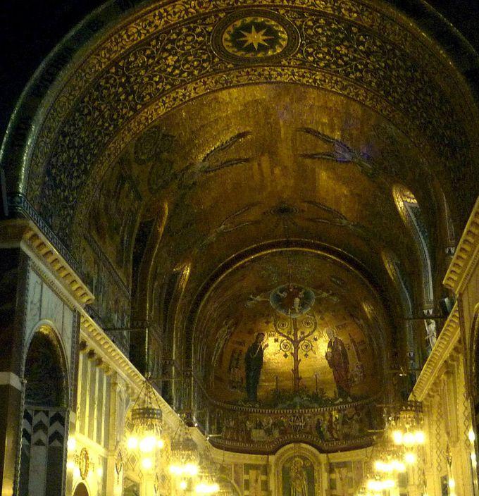 思わず魅せられてしまう教会内部の美しさ