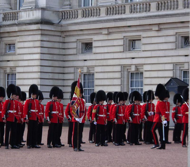 ロンドン名物「バッキンガム宮殿の衛兵交代式」ポイントを押さえて満喫しよう!