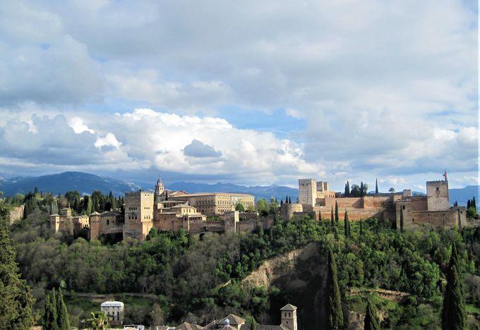 「アルハンブラ宮殿」の全景を眺める