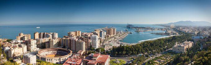 大きな港には豪華客船も停泊