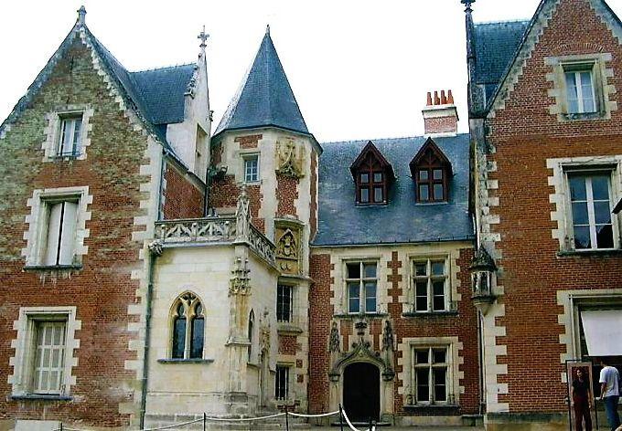 バラ色のレンガと白い石のコントラストが美しい城