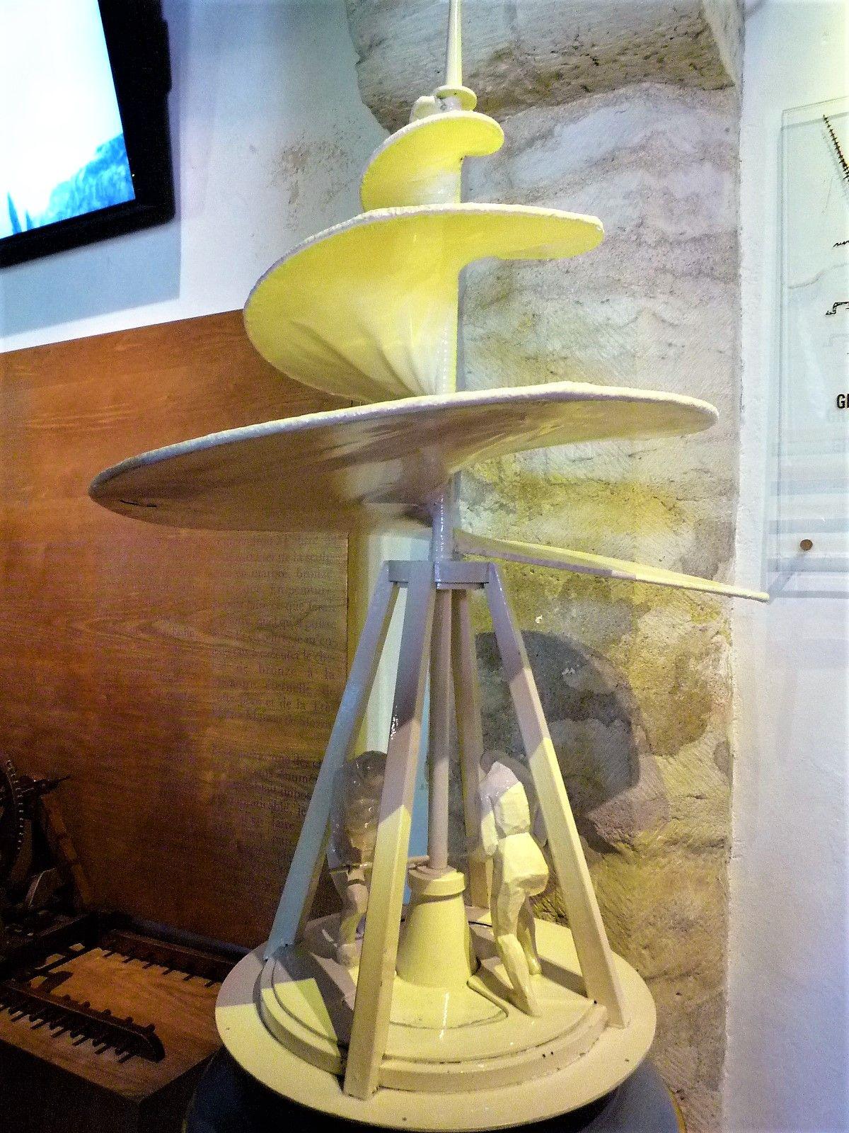 地下は発明品の展示室