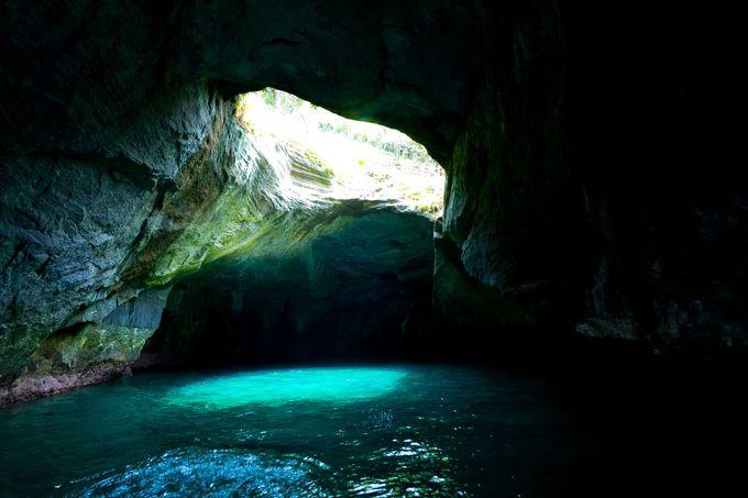 爽快クルーズ!洞窟内部で出会った神秘的な光景とは…