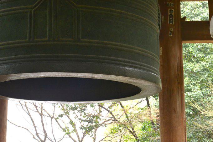 除夜の鐘で有名なあの大鐘へは 宝佛殿の横から