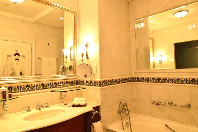 ここは宮殿の一室?イズミックタイルで装飾された広い大理石のバスルーム