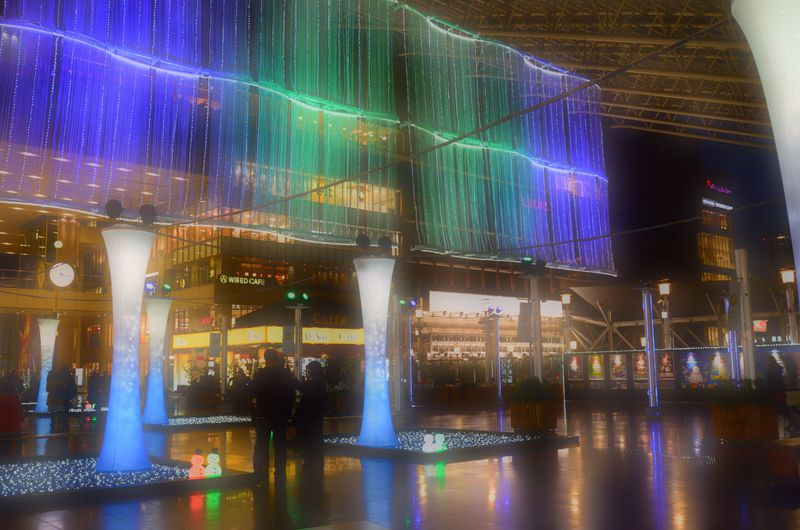 JR大阪駅の真上でゆらめく癒しの光「Twilight Fantasy」幻想空間の水の中へ