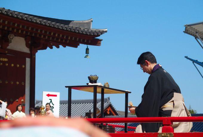 ステージでの奉納行事は、一般の観光客も見学可能
