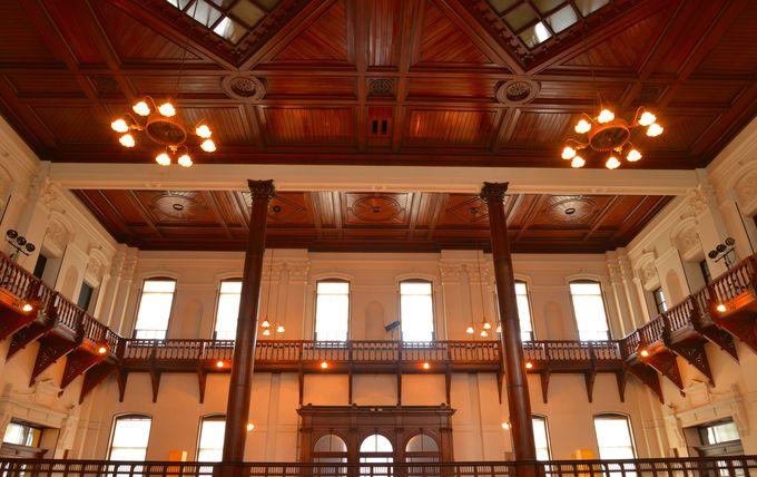 柔らかな光をとりいれた天井や窓の細工に注目