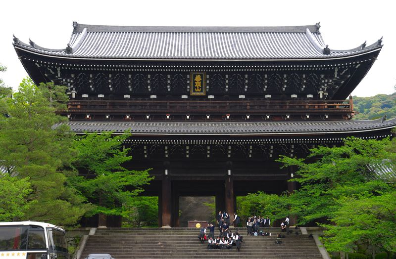 「湯葉まん」に舌鼓も!京都・知恩院で趣たっぷりの坂を巡る