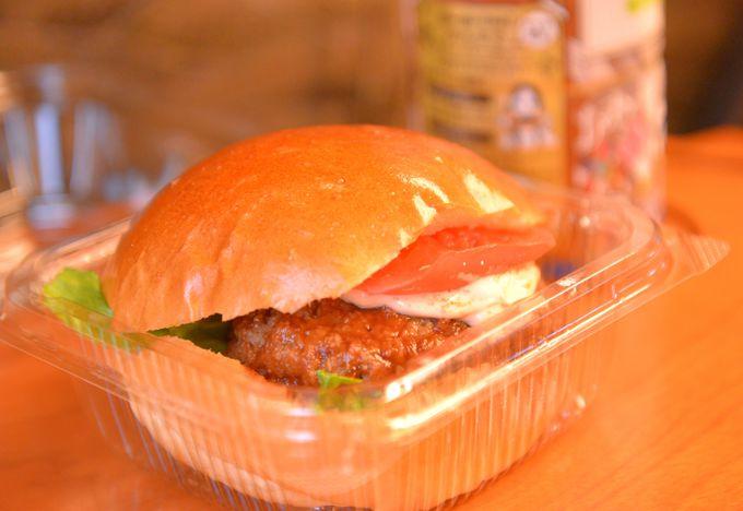 明太子の味をバーガーで味わう「明太子バーガー」に、地元ならではの「巻き巻きおにぎり」