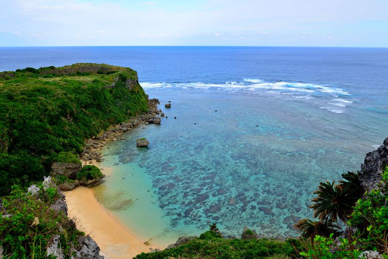 壮大な風景に息をのむ!沖縄の神が集まるパワースポット「果報バンタ」
